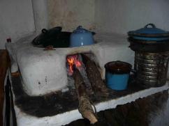 El hollín por todas partes, y las ollas ennegrecidas son un hecho cotidiano.