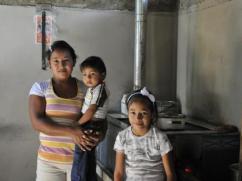 Una linda familia con su estufa limpia y su manual de mantenimiento intacto.