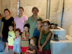 Toda la familia de 10 se reunió para tomarse la foto con con su nueva estufa 2x3