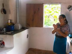 Cocinando tortillas en una cocina muy limpia.