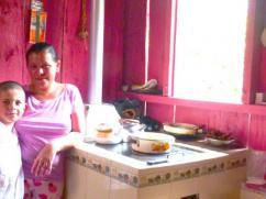 Cocinando moderna en una cocina muy roja!