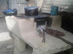 Ollas negras encima de una estufa vieja