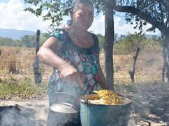 Hierve maiz con humo y una estufa tradicional.