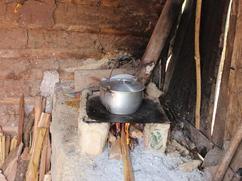 Cocinando maíz con una estufa tradicional.