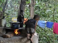 Un niño subiendo a un peligroso fogón tradicional