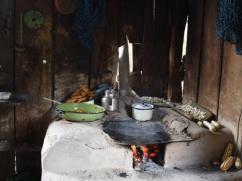 Esta estufa tradicional usa mucha leña y crea un lugar sucio para cocinar.