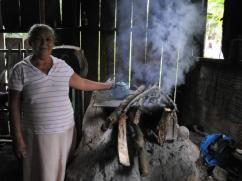 Este viejo fogón tradicional utiliza mucha leña solo para hervir el agua del café