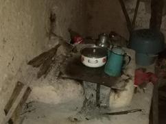 Estufa vieja sin chimenea y una plancha pequeña