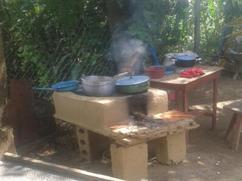 Humo de ollas de una estufa vieja
