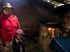 Esta cocina llena de humo no es lugar para una niña.