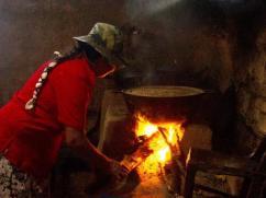 Un fogón mal construido, con humo y peligroso para quien cocina.