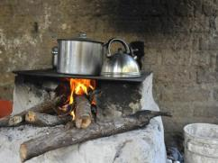 Este fogón tradicional emite mucha calor y usa demasiada leña.