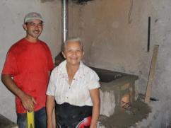 Don Salomón y la estufa que él construyó.