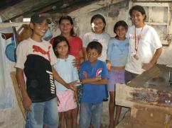 """""""Me gusta este proyecto ya que es económico en la reducción del consumo de leña, no contamina la casa, y nos ayuda a proteger el medio ambiente.""""-- Sra. Garcia"""